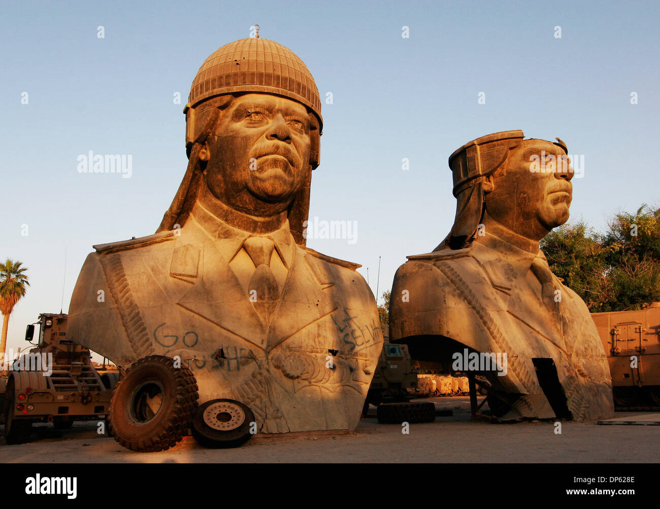 Juin 04, 2006 ; BAGDAD, IRAQ, a renversé les statues de 20 pieds de Saddam Hussein, prises à partir de l'un des palais de l'ancien président irakien, s'asseoir dans un lot de stockage dans la zone verte de Bagdad le 4 juin 2006. Crédit obligatoire : Photo par David Honl/ZUMA Press. (©) Copyright 2006 by David Honl Photo Stock