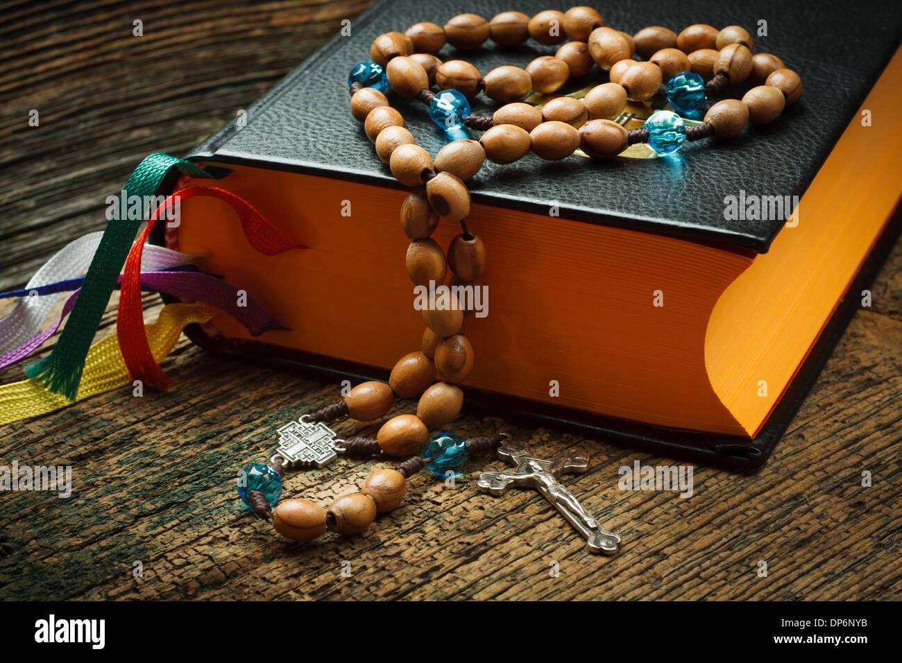 La Sainte Bible avec chapelet sur fond de bois Photo Stock