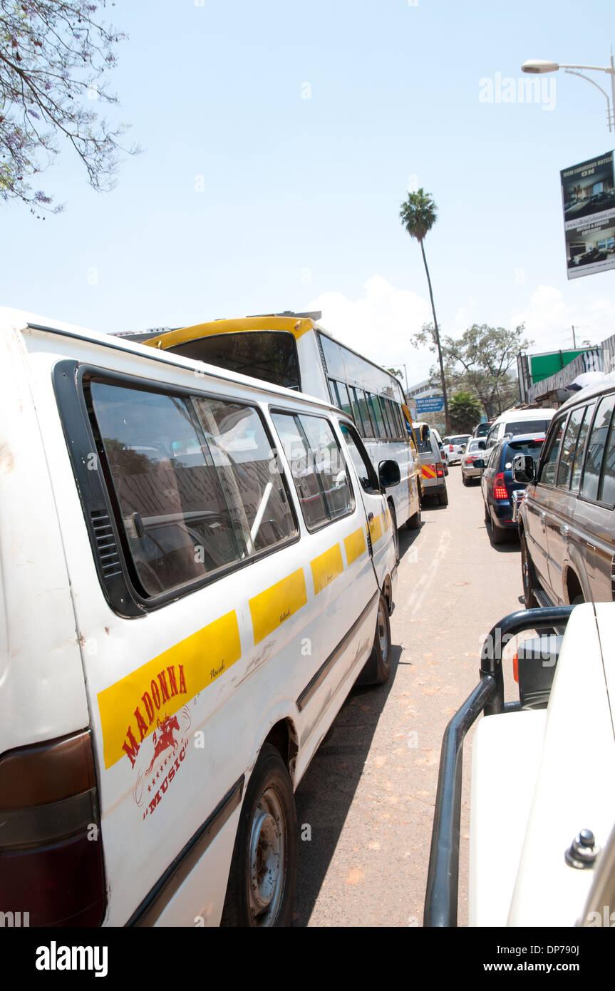 File d'attente de circulation à Nairobi au Kenya avec minibus transportant de matatu logo pour Manchester United en fenêtre arrière Photo Stock