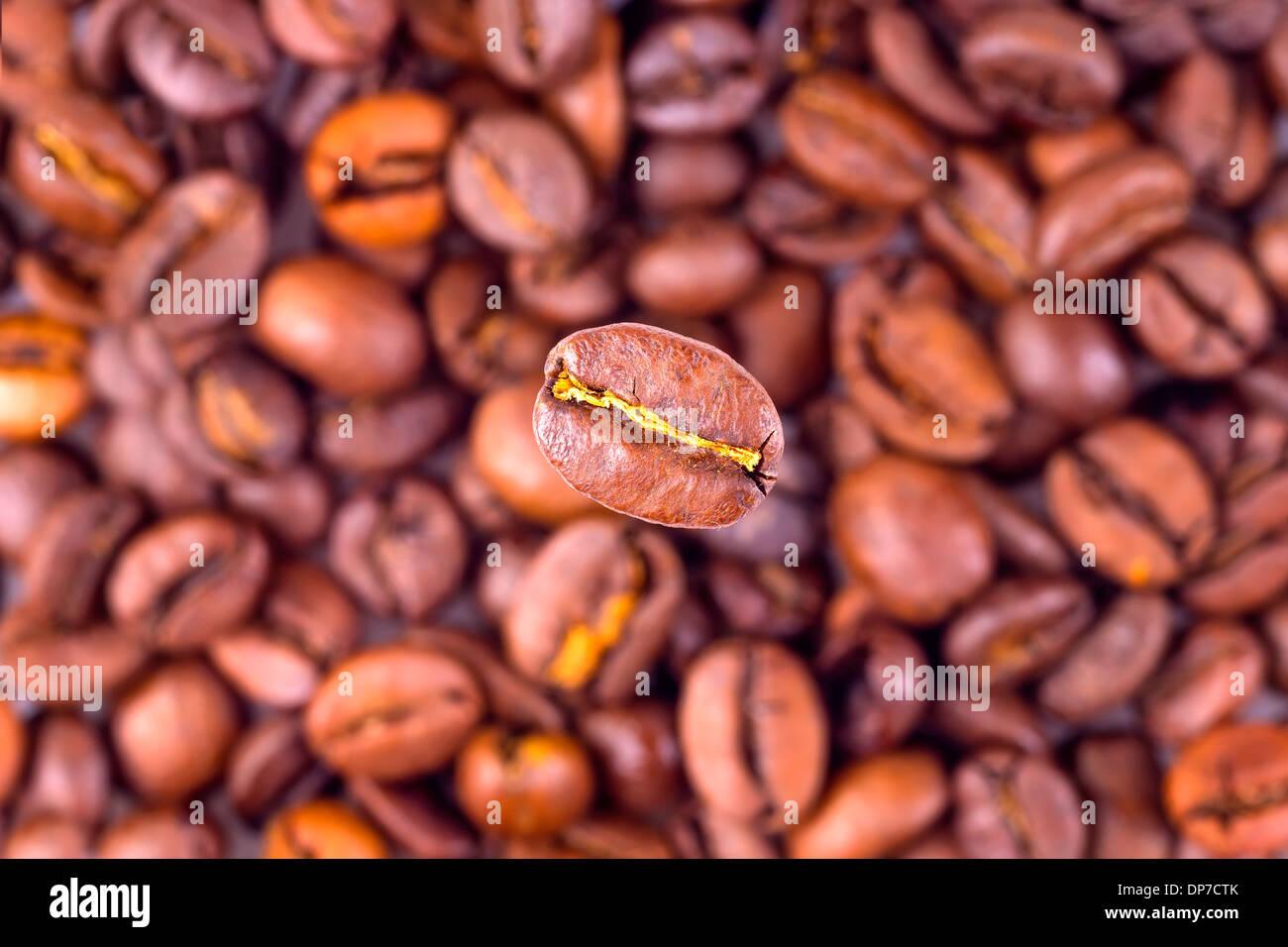 Grain de café sur fond haricots floue Photo Stock