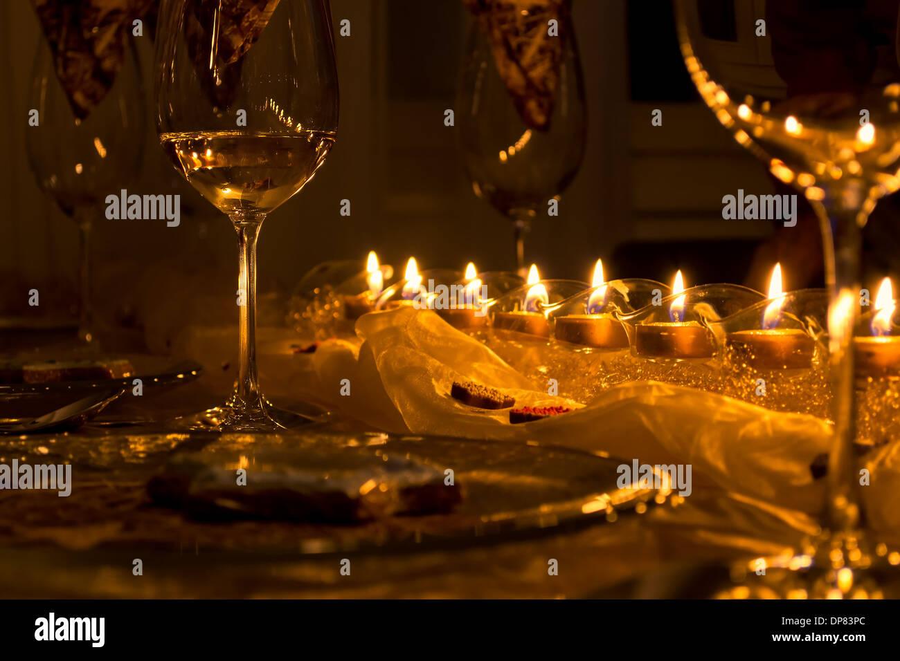 Table à manger solennelle, verres à vin à la lumière des bougies Photo Stock
