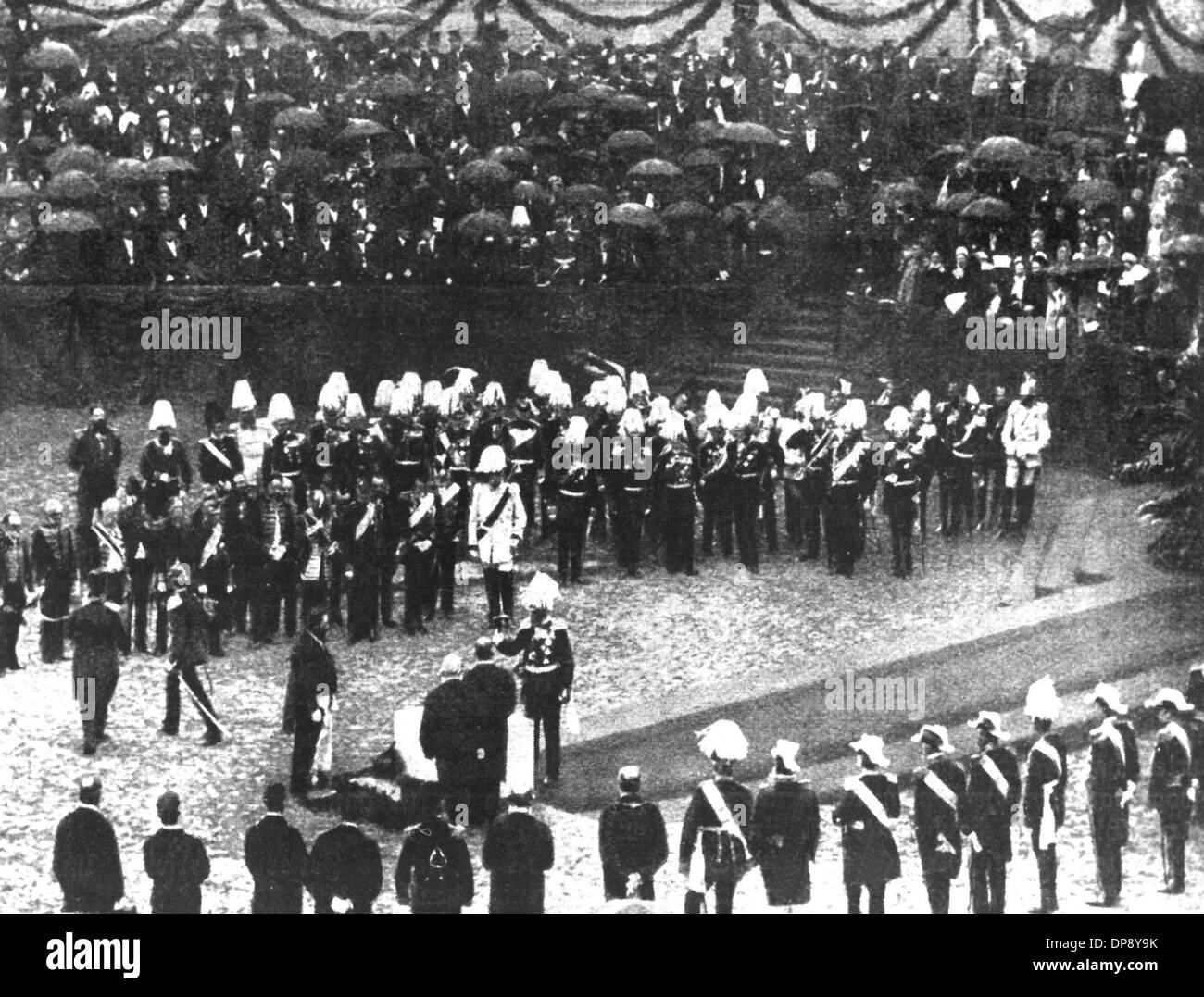 L'empereur Guillaume I. (m) participe à la pose de la première pierre pour le nouveau Reichstag à Berlin en 1884. Le chancelier impérial Otto von Bismarck effectue le coup de marteau derrière l'empereur Guillaume I. Photo Stock