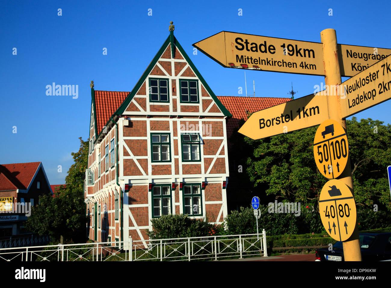 Altes Land, Jork, trafic signe et mairie, Basse-Saxe, Allemagne, Europe Photo Stock