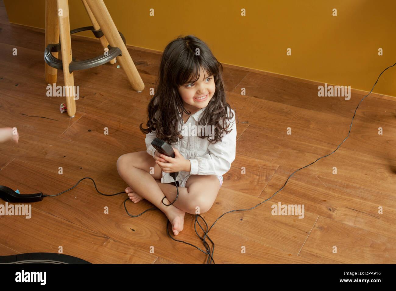 Une petite fille jouant par elle-même Photo Stock