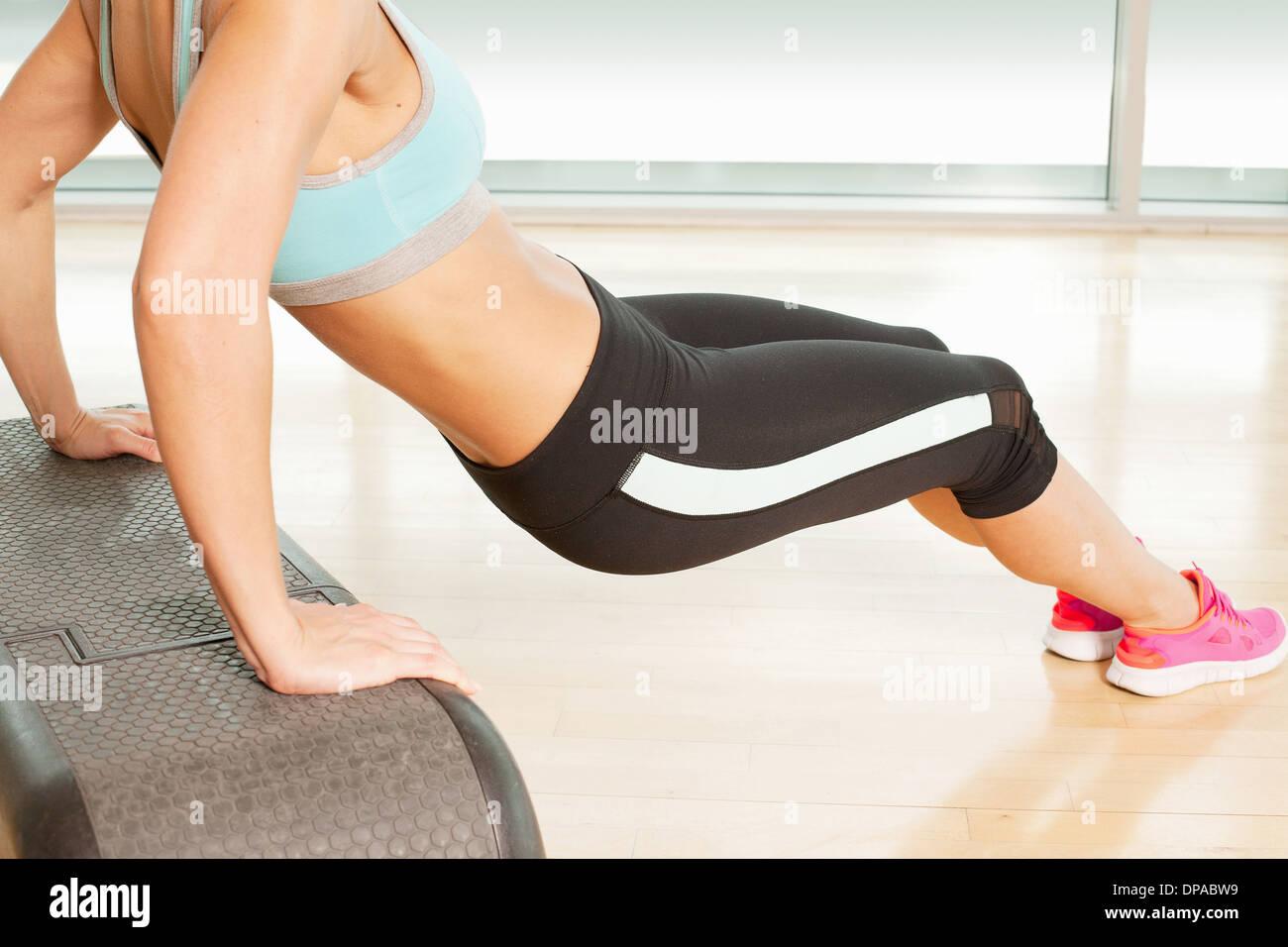 Woman stretching sur l'étape Photo Stock