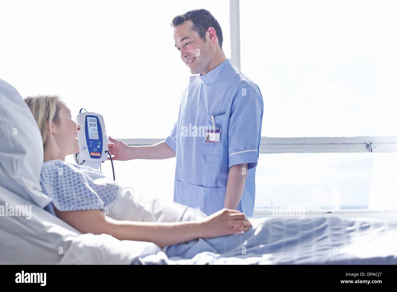Infirmière de prendre la pression artérielle du patient Banque D'Images