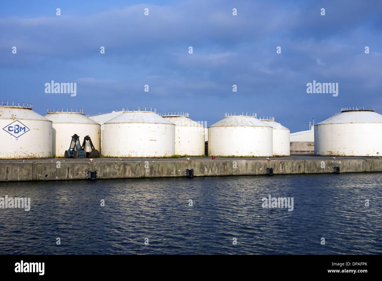 Les silos de stockage en vrac de la Compagnie Belge de Manutention / M3 / Sea-Invest au port de Gand, Flandre orientale, Belgique Photo Stock