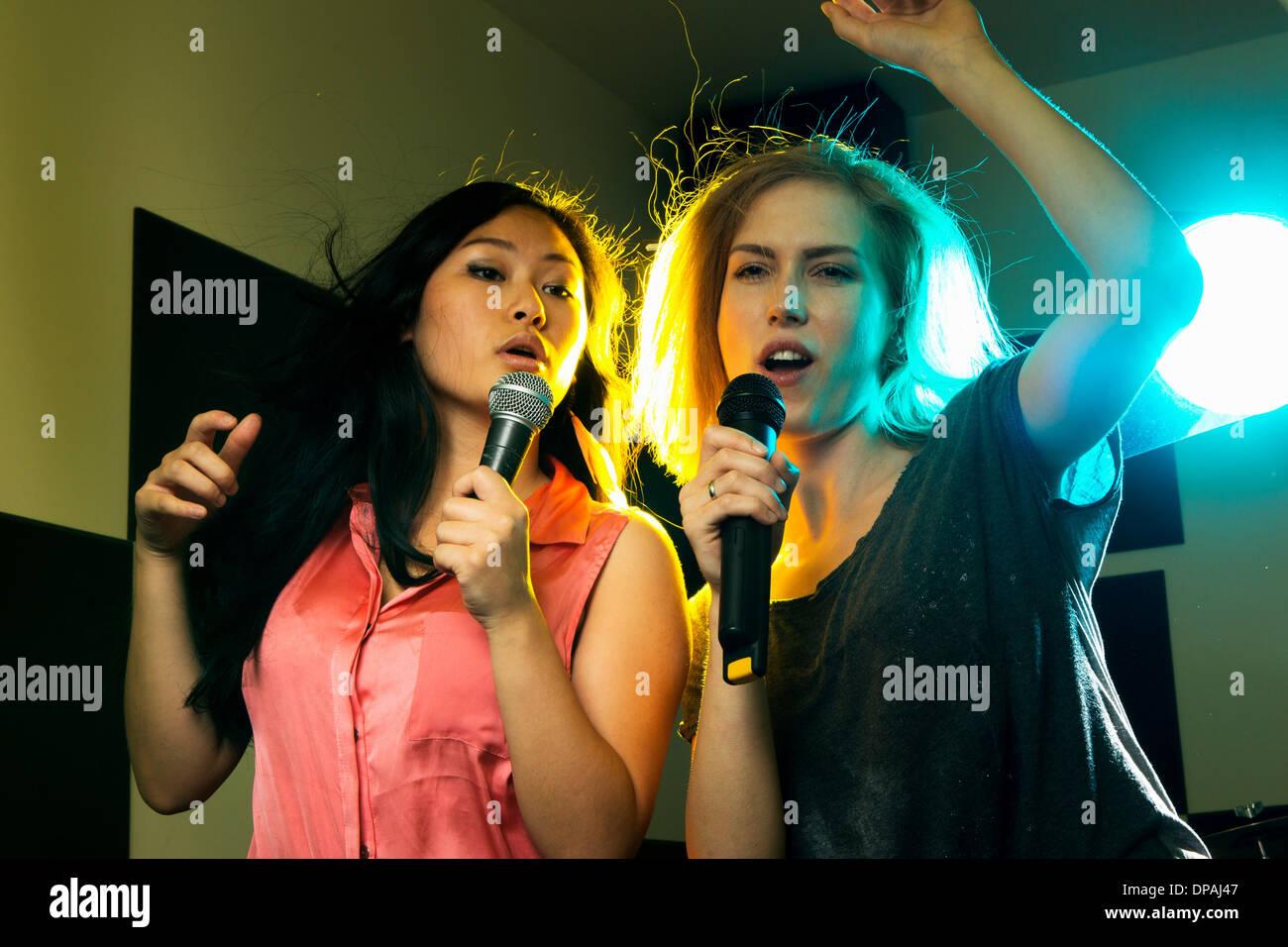 Les femmes danser et chanter Photo Stock