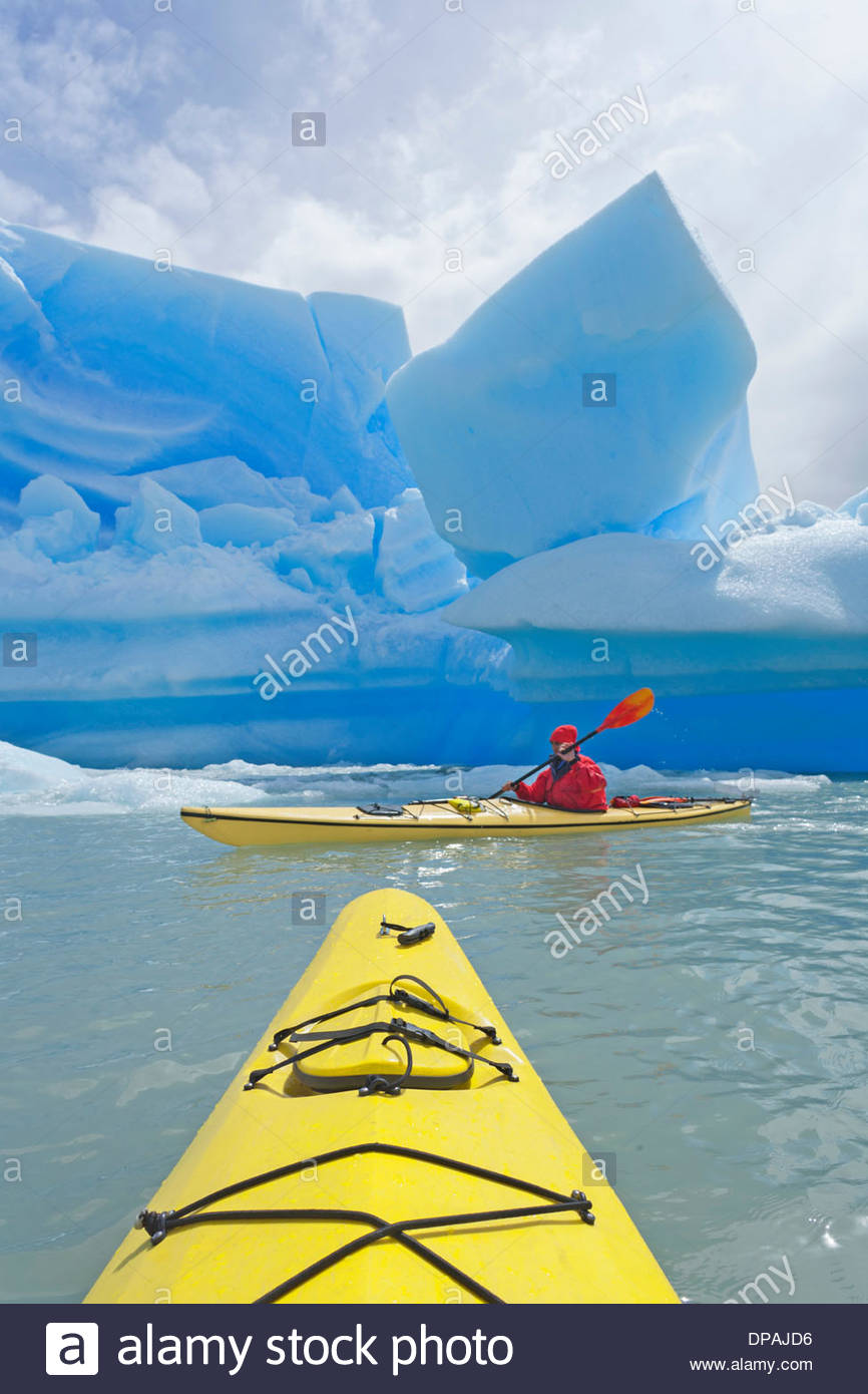 Personne en kayak de mer sur le lac Grey, Parc National Torres del Paine, Patagonie, Chili Photo Stock