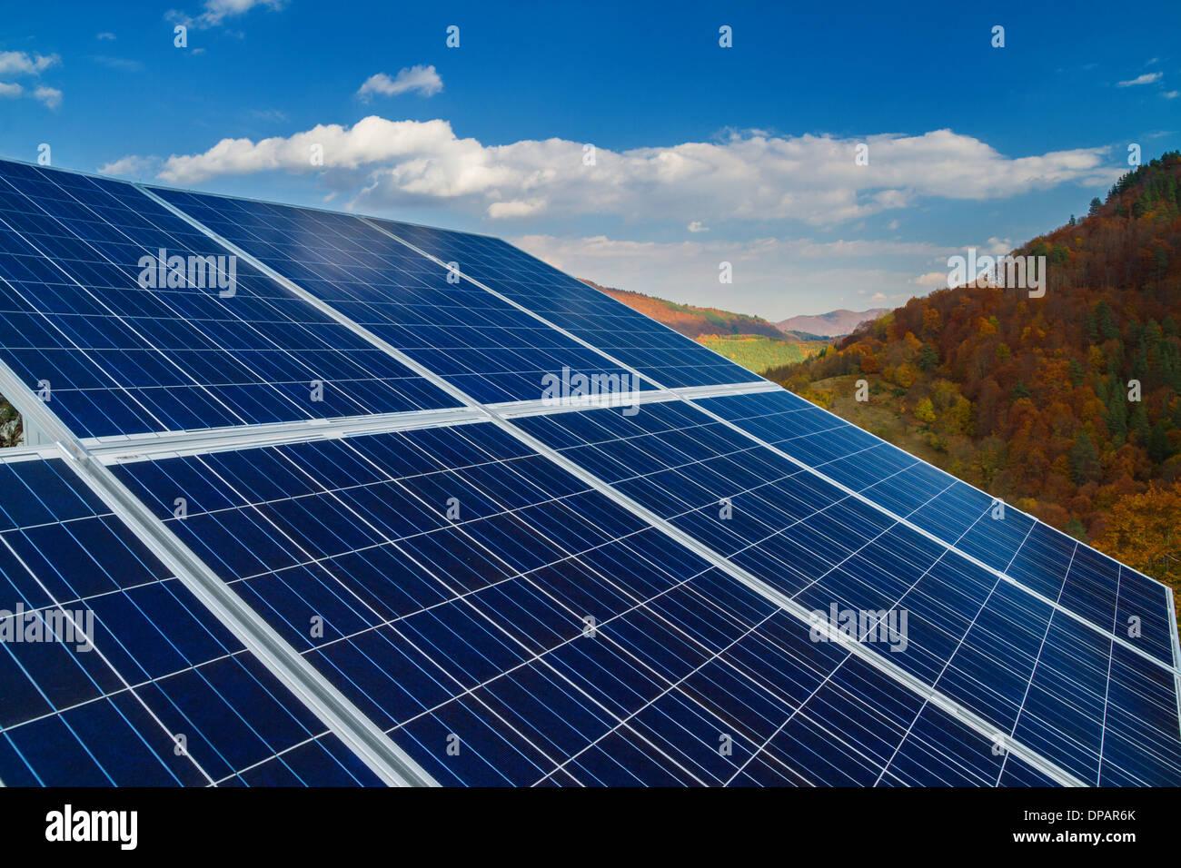 L'installation des panneaux solaires avec ciel bleu Photo Stock