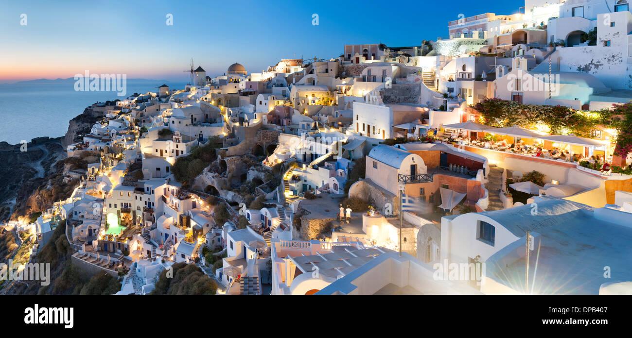 Maisons du village de Oia sur l'île grecque de Santorin. Photo Stock