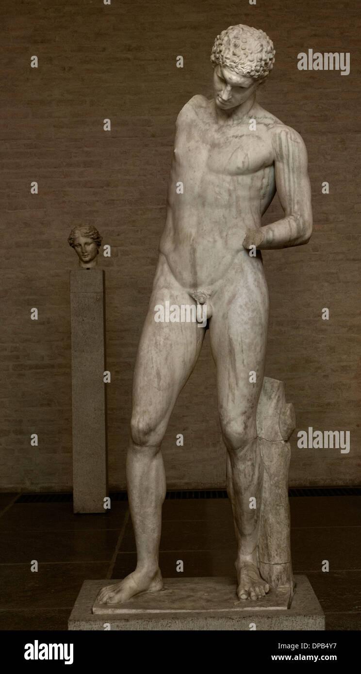 Nettoyage de l'athlète lui-même après un concours victorieux est titulaire d'un vase de sa main droite posée et verse l'huile dans sa main gauche 350 av. Photo Stock