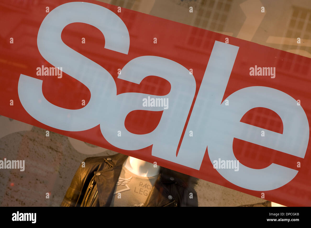 Vente Sign in high street shop windows Banque D'Images