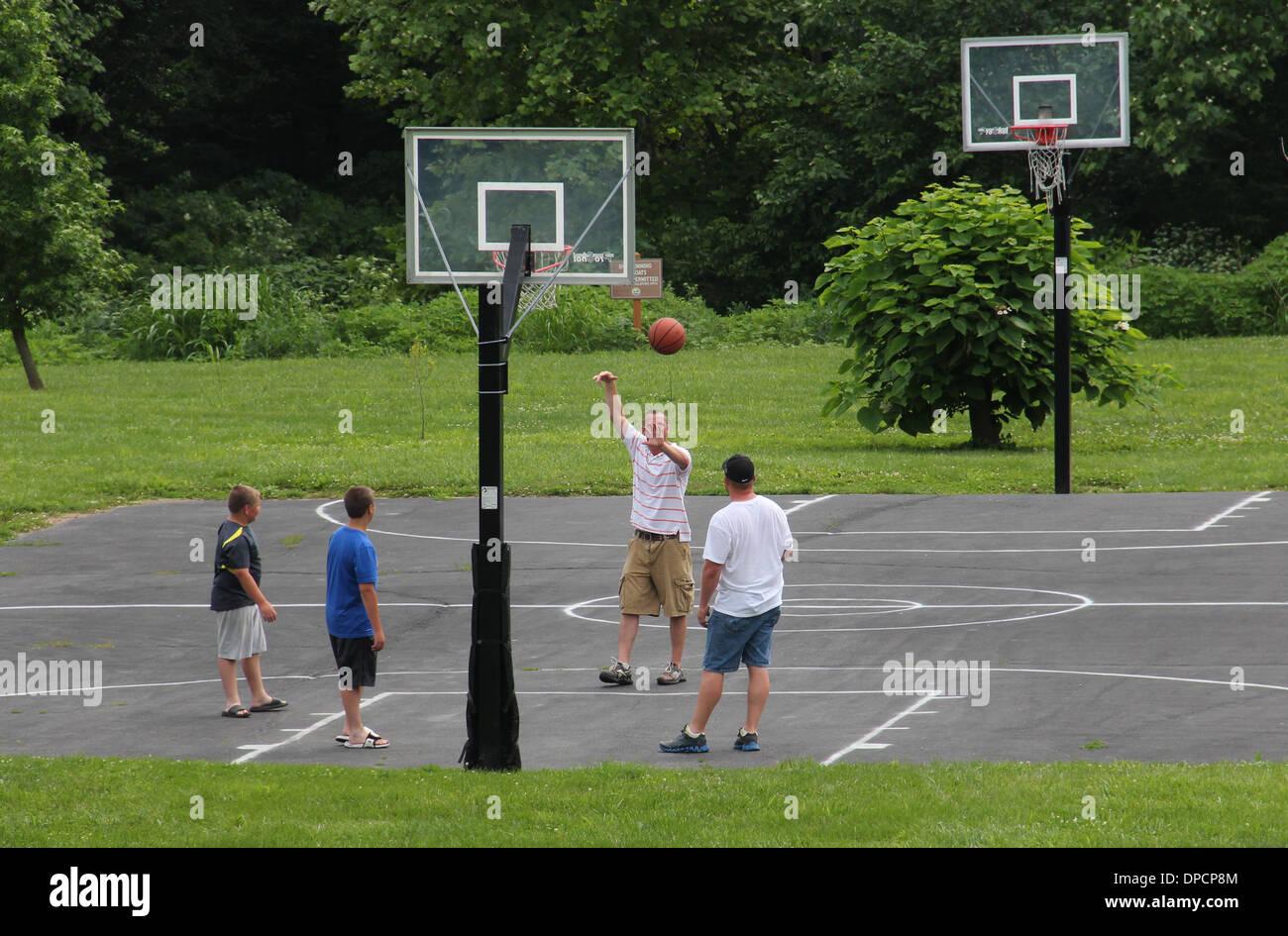 Les jeunes hommes jouant au basket-ball dans l'Indiana parc Photo Stock