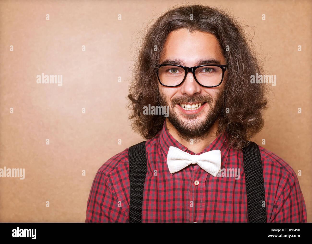 Guy Hipster vêtements dans l' , Chemise à carreaux bretelles et papillon blanc . Close up. Studio shot Photo Stock
