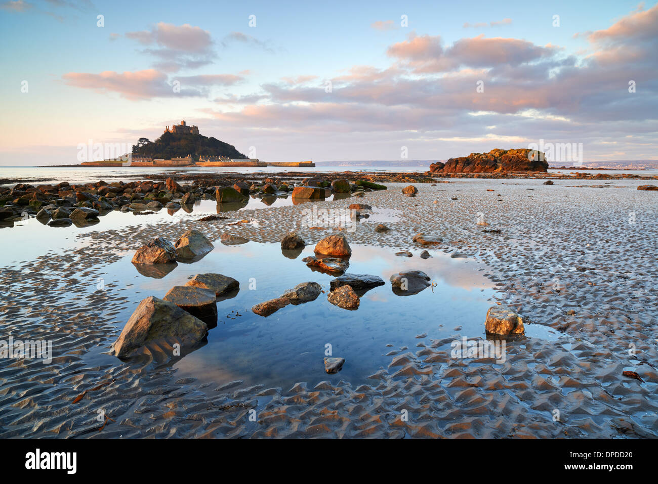 Marée basse à Marazion plage donnant sur Mounts Bay et St Michael's Mount Photo Stock