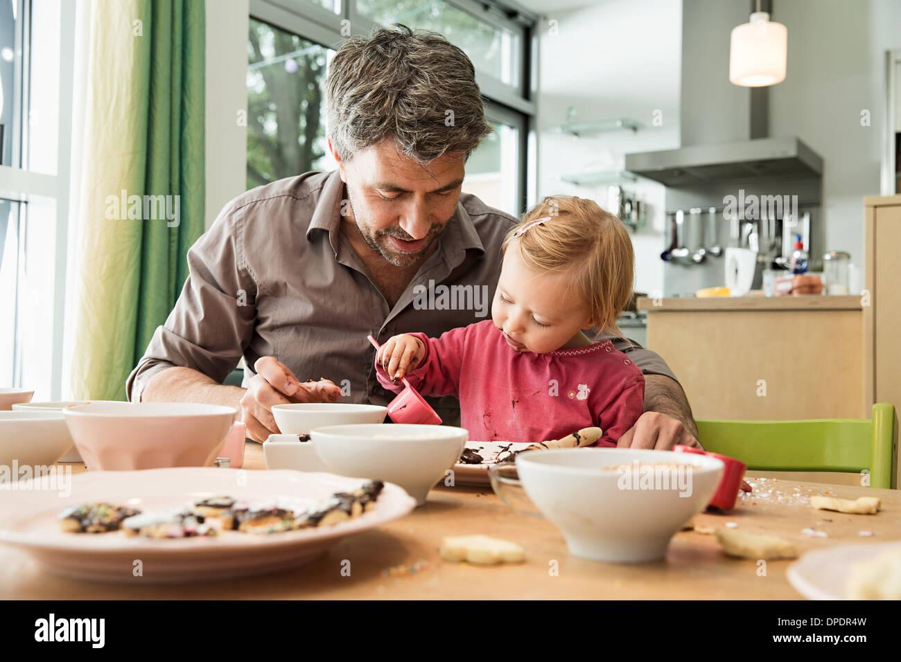 Père et fille la cuisson dans la cuisine Photo Stock