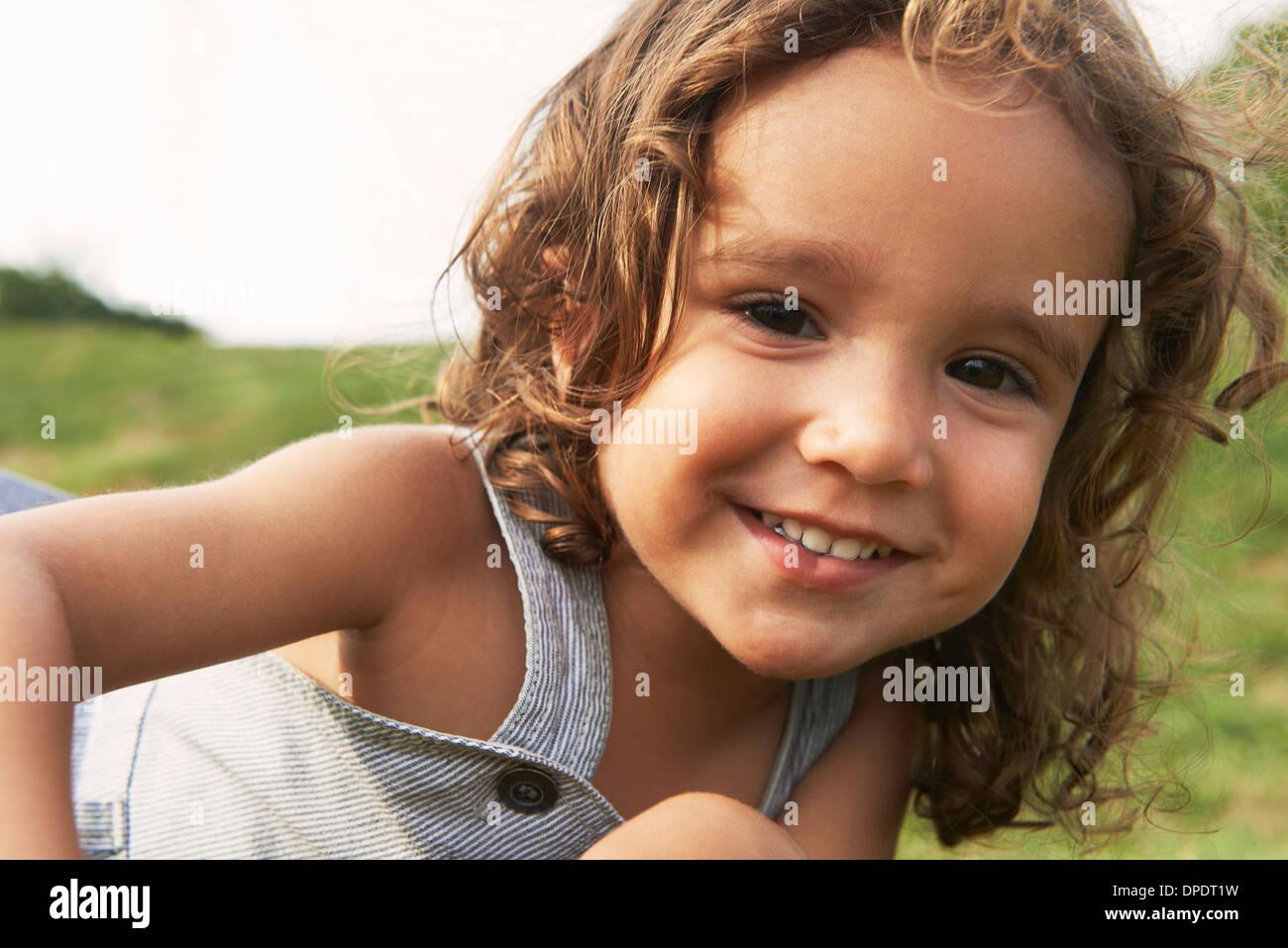 Portrait de jeune garçon avec les cheveux bruns, smiling Photo Stock