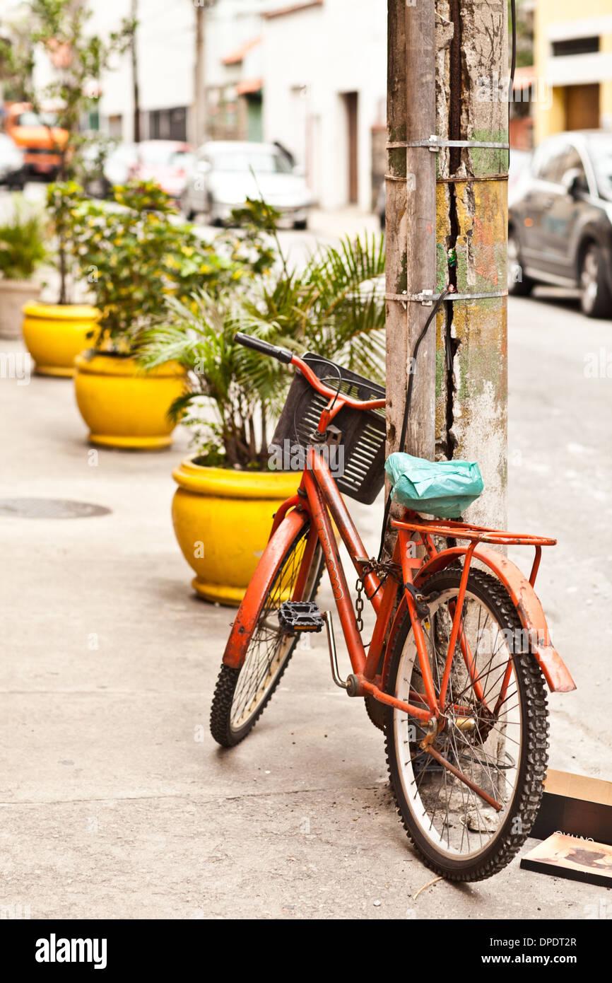Vélo sur rue, Rio de Janeiro, Brésil Photo Stock
