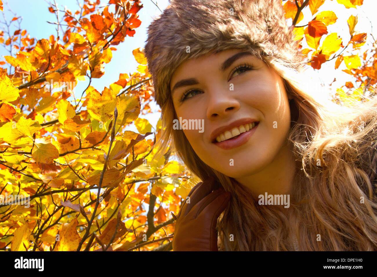Jeune Femme au chapeau de fourrure dans le parc en automne Photo Stock