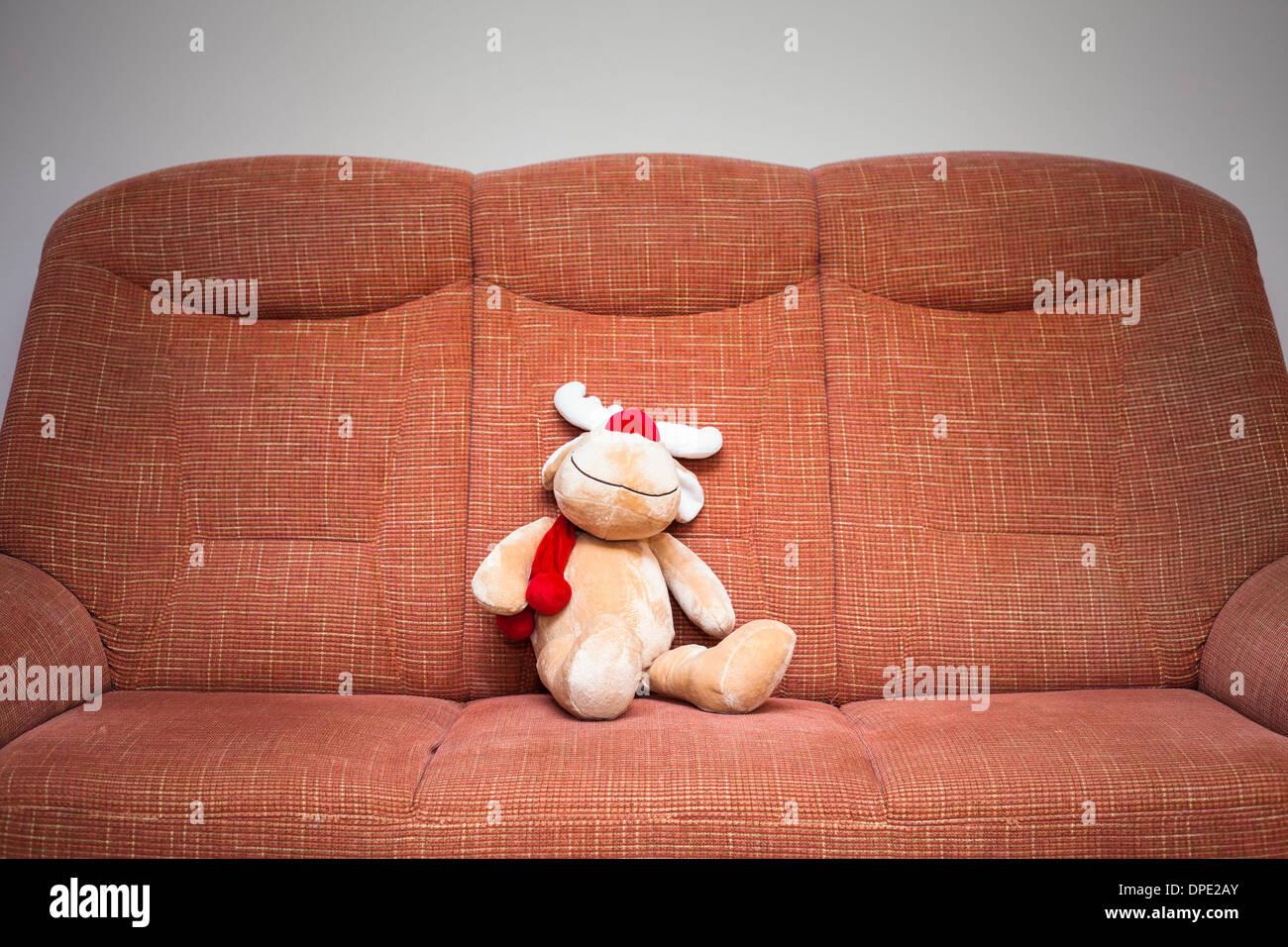 Peluche renne de Noël sitting on sofa Banque D'Images