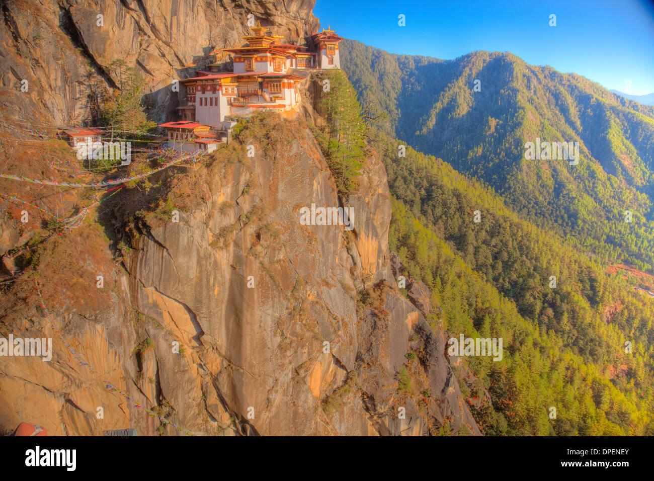 Les Tigres Monastère Nid le Bhoutan, l'Himalaya, la vallée de Paro. Taktshang Goemba. Perché à 3 000 pieds au-dessus de la vallée. Photo Stock