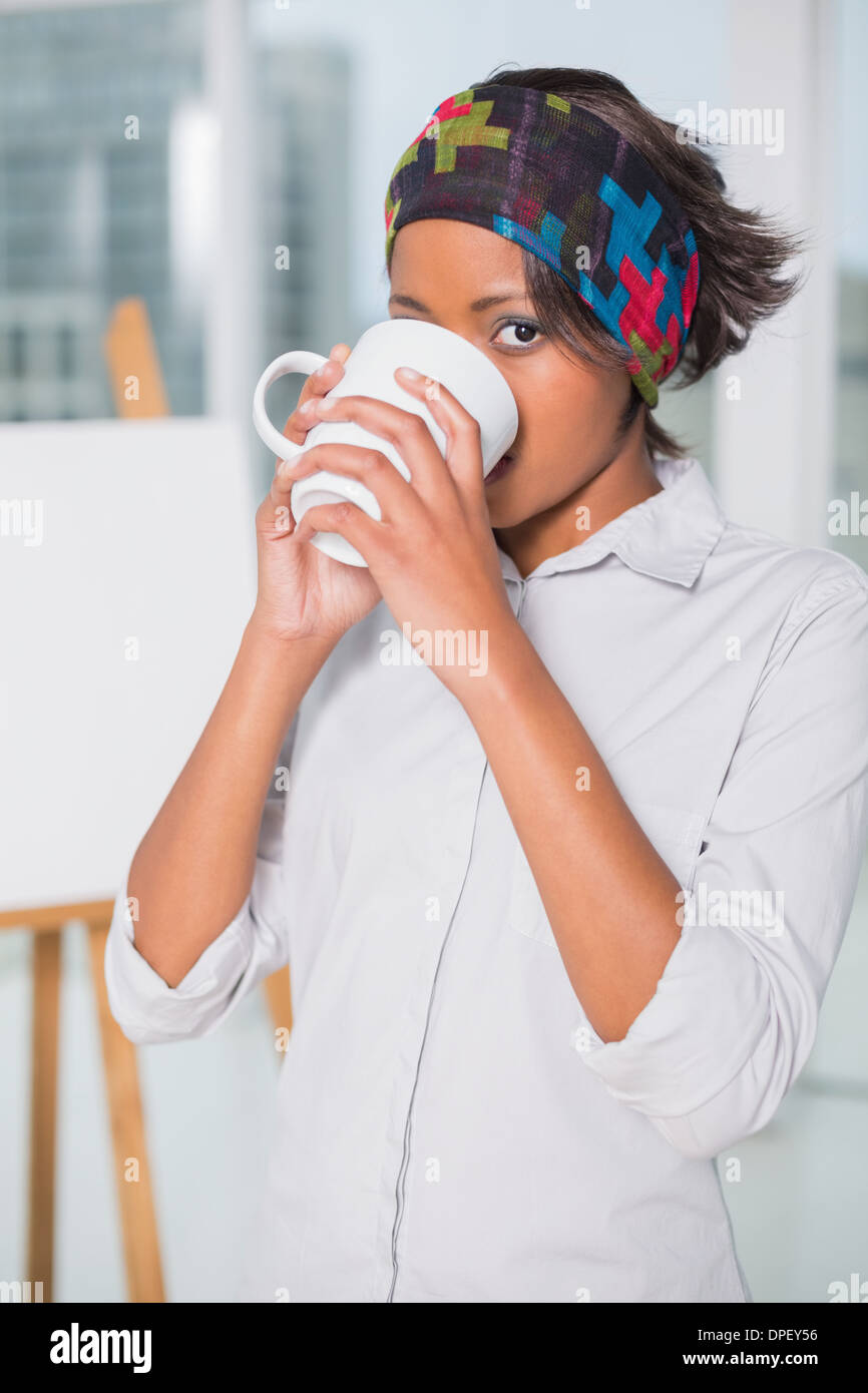 Femme buvant un café artistique Photo Stock
