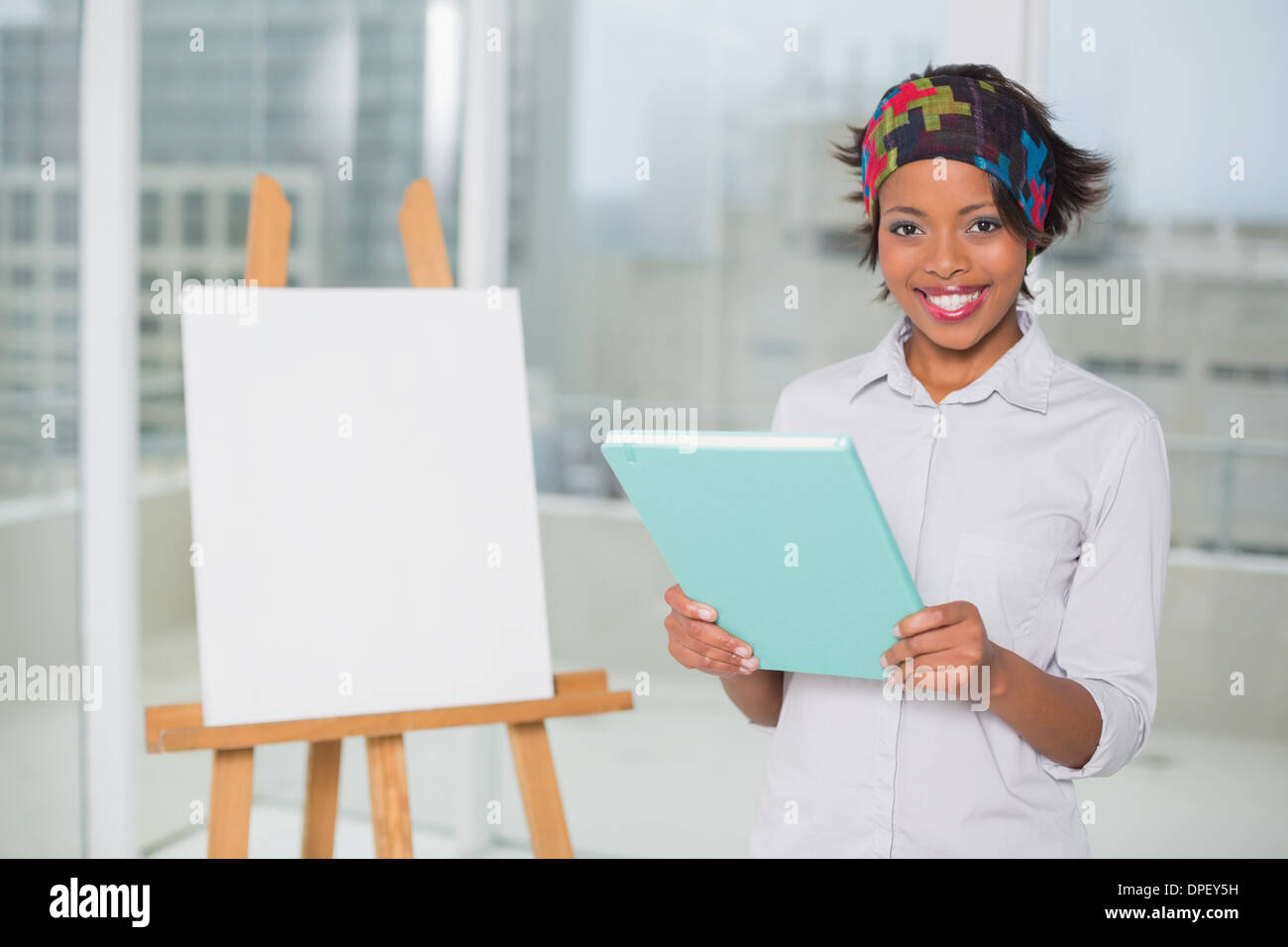 Artistique Smiling woman holding sketchpad Photo Stock