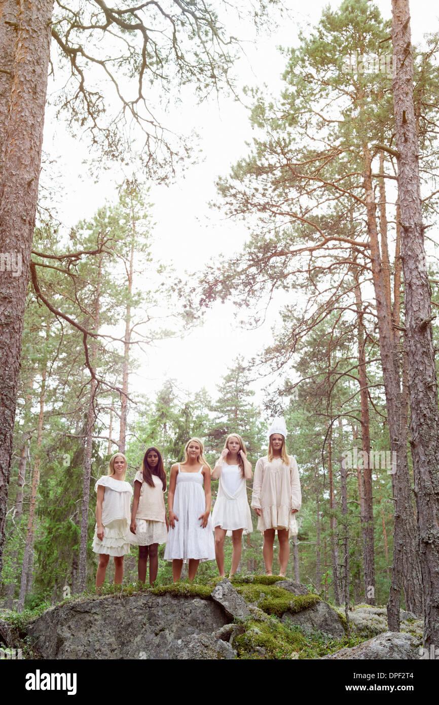 Les adolescentes en forêt, vêtue de blanc Photo Stock
