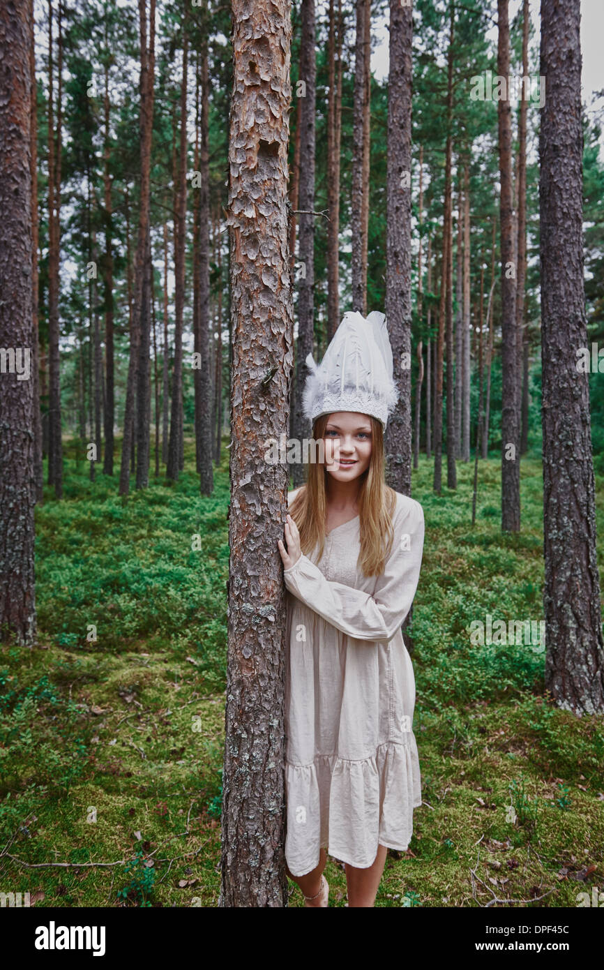 Teenage girl wearing white hat in forest Banque D'Images