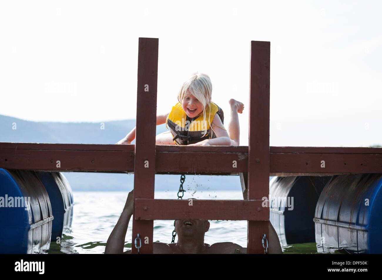 Père de se cacher dans le lac, du nourisson fille, Silver Bay, New York, USA Photo Stock