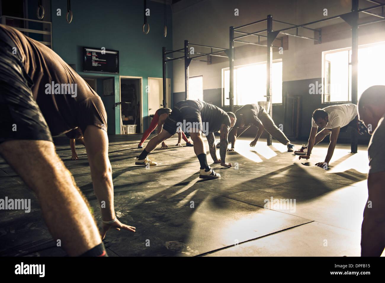 Formation de groupe remise en forme ensemble dans une salle de sport Banque D'Images