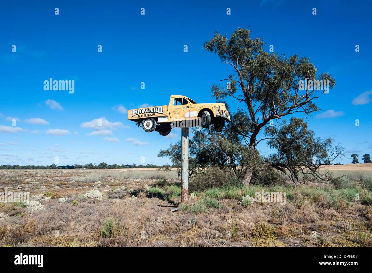 Vieux camion sur un énorme dans le pôle national Mungo Park, qui fait partie de la région des lacs Willandra, Site de l'UNESCO, Victoria, Australie Banque D'Images