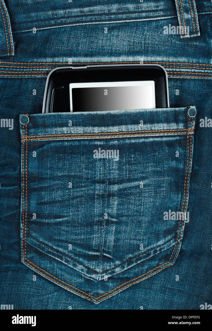 E-livre dans la poche arrière des jeans Photo Stock