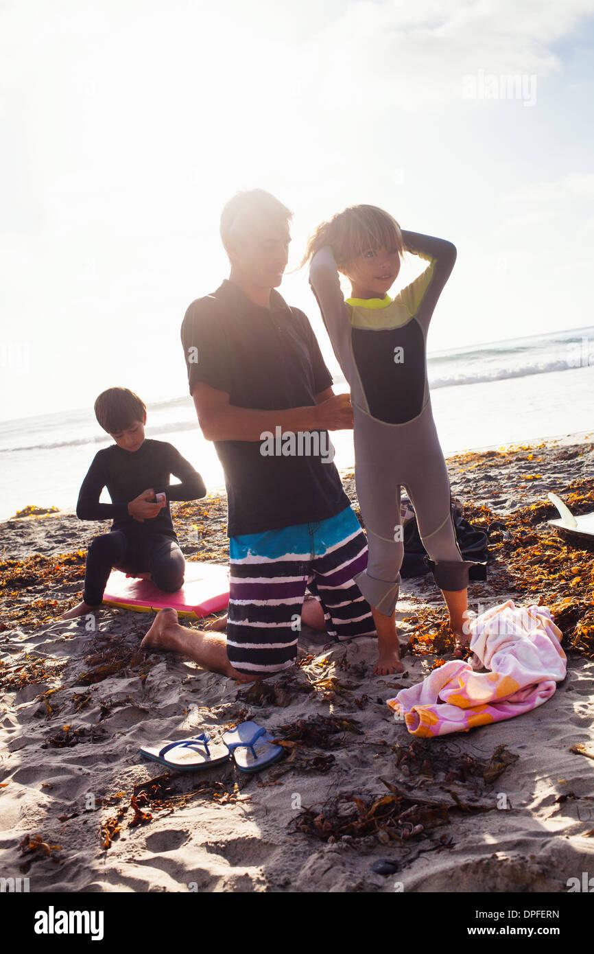 Le père et les enfants se préparent à surfer, Encinitas, Californie, USA Photo Stock