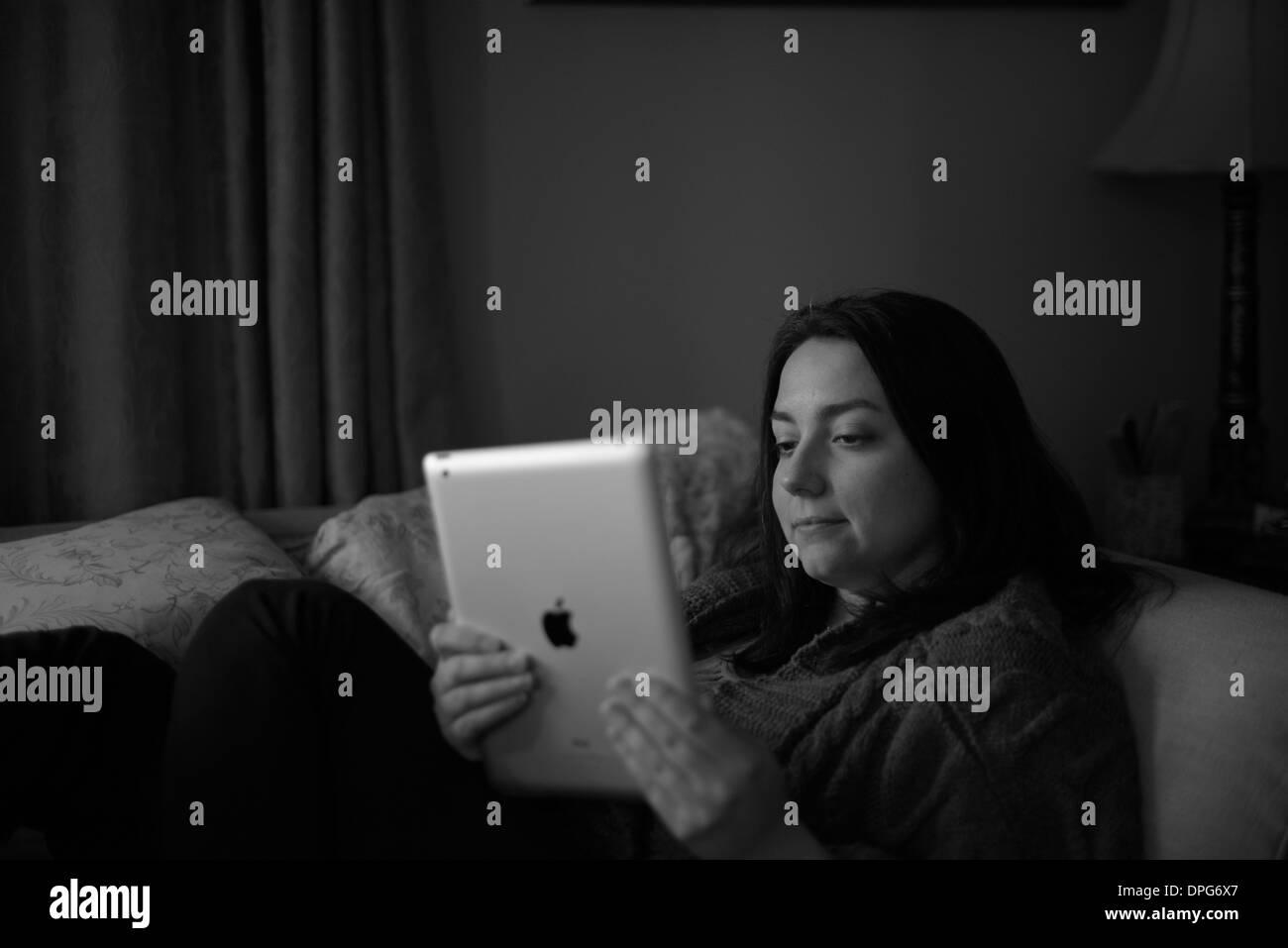 Les femmes avec un i pad, l'ipad Photo Stock