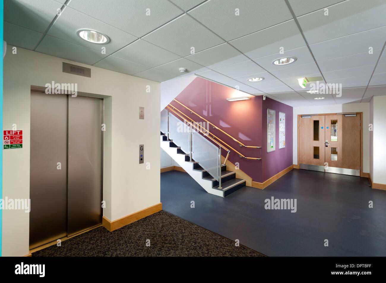 Bureau moderne ascenseur et escalier couloir. Photo Stock