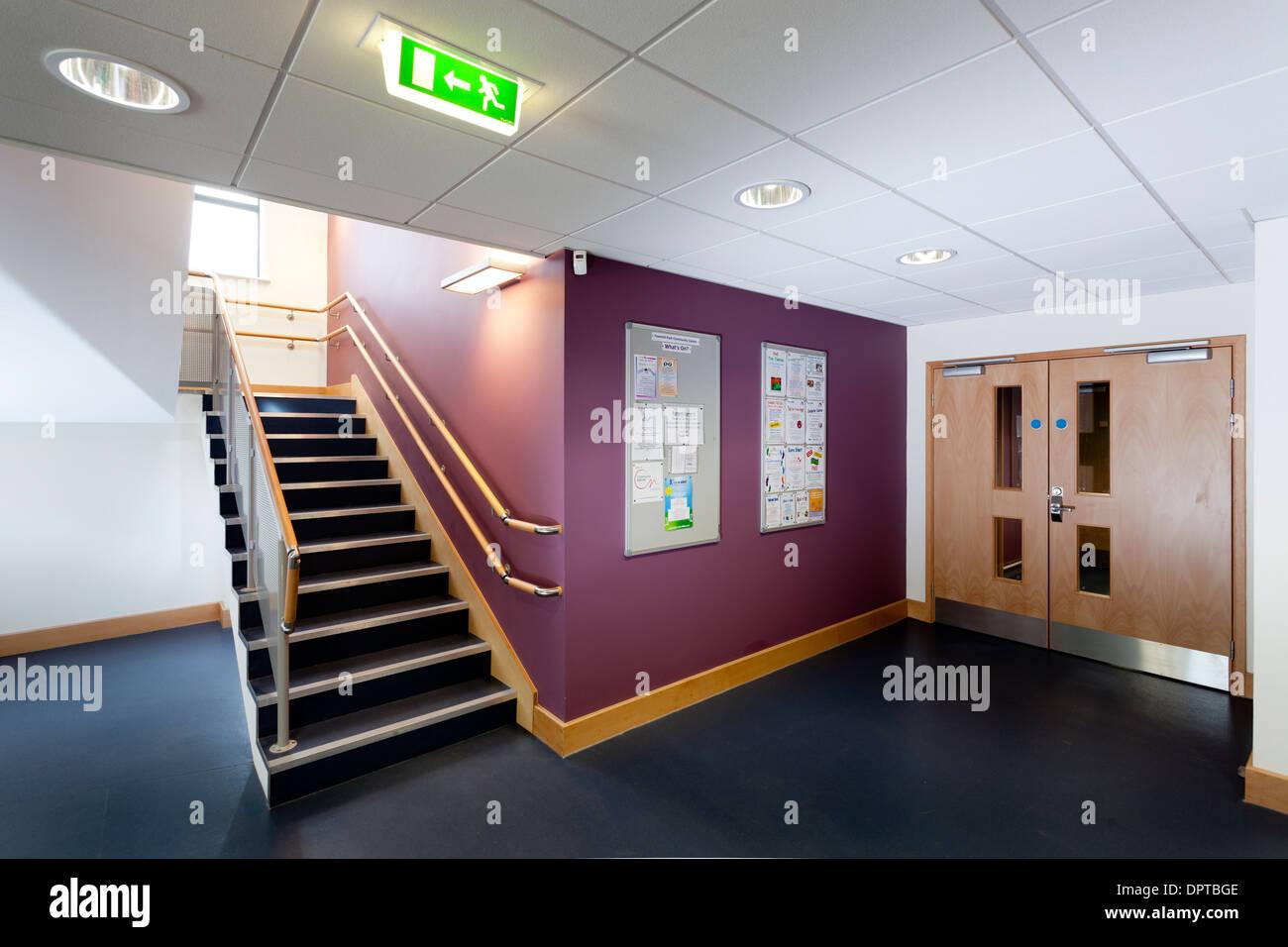 Bureau moderne en escalier couloir avec un témoin lumineux de sortie de secours. Photo Stock