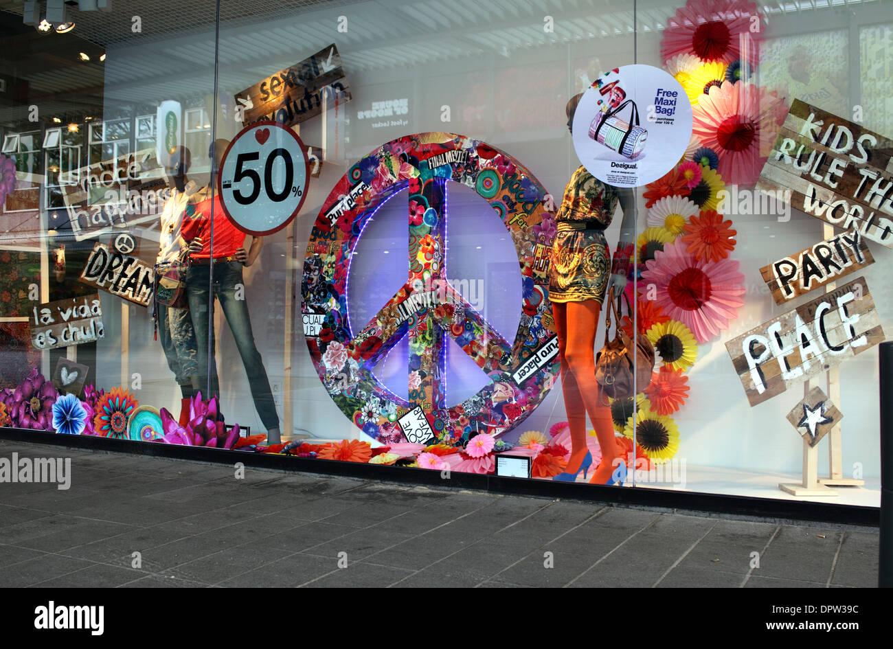Le désarmement nucléaire symbole utilisé comme partie d'une mode afficher dans une vitrine hollandaise, Lijnbaan, Rotterdam. Photo Stock