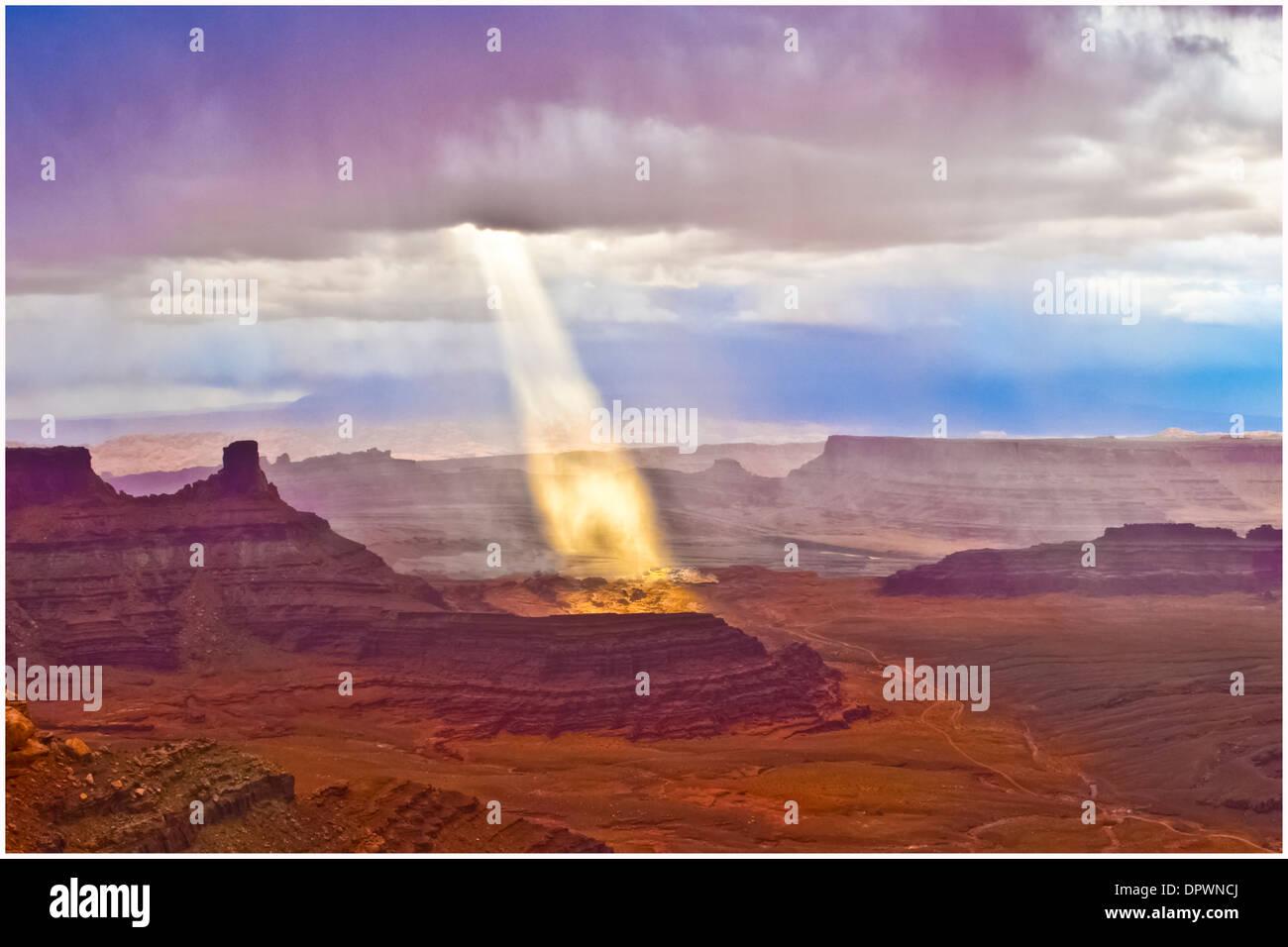Rayons de lumière perce les nuages Colorado River vu de Dead Horse Point State Park en Utah matin suite orage Photo Stock