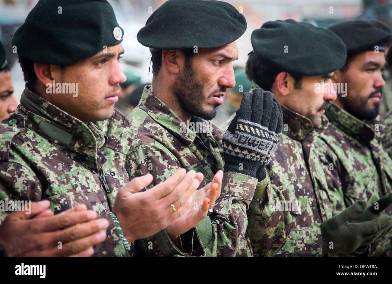 Les soldats de l'Armée nationale afghane prier lors d'une cérémonie au camp Eagle 30 décembre 2013 dans la province de Zaboul, Afghanistan. Photo Stock