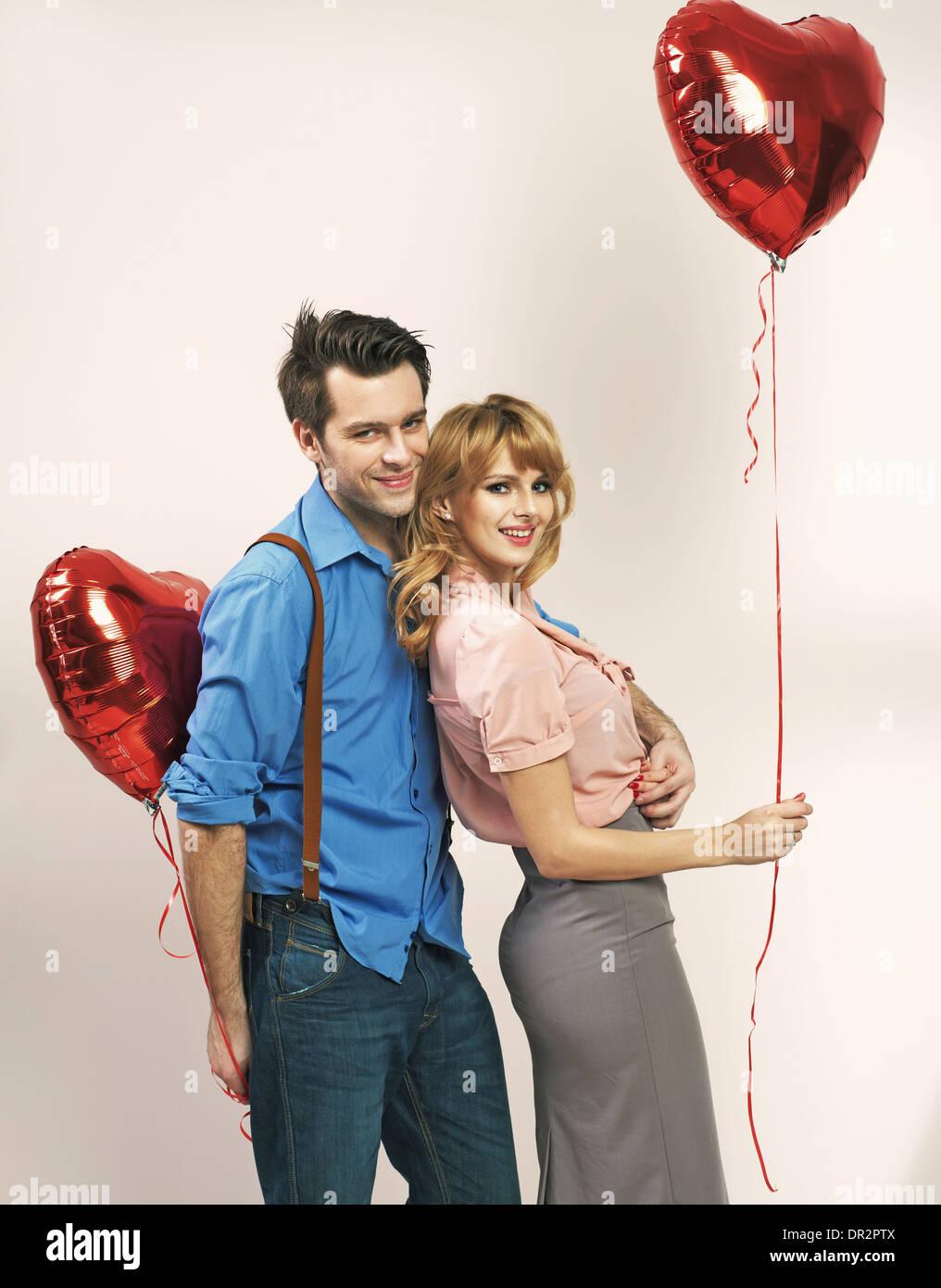 Jeune couple aimant au cours de la Saint-Valentin Photo Stock