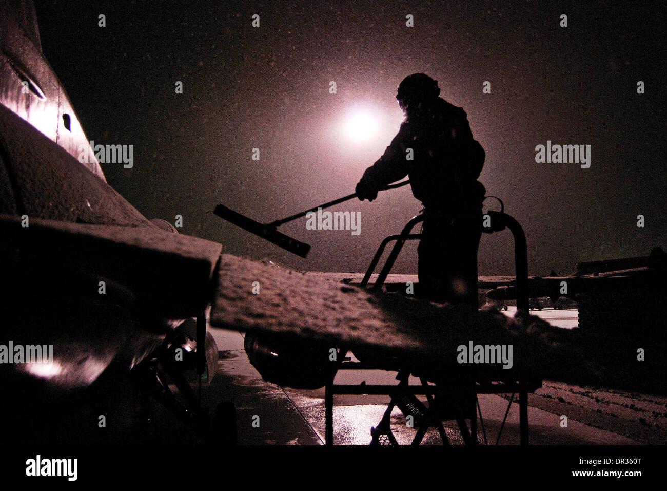 Pilote américain efface la neige de un F-16 Fighting Falcon, l'Afghanistan. Banque D'Images