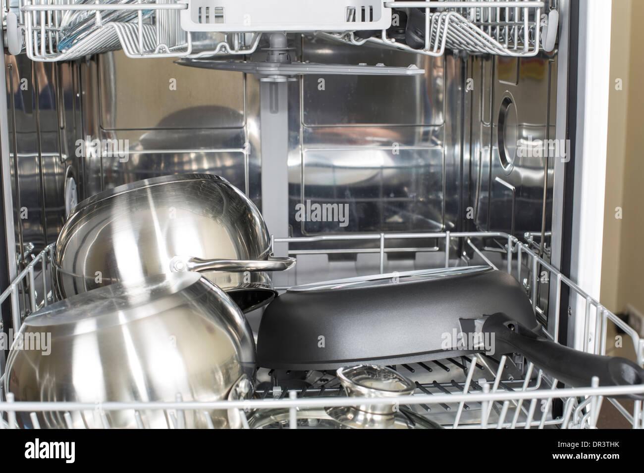 Cuisine dans le lave-vaisselle après lavage et séchage Photo Stock