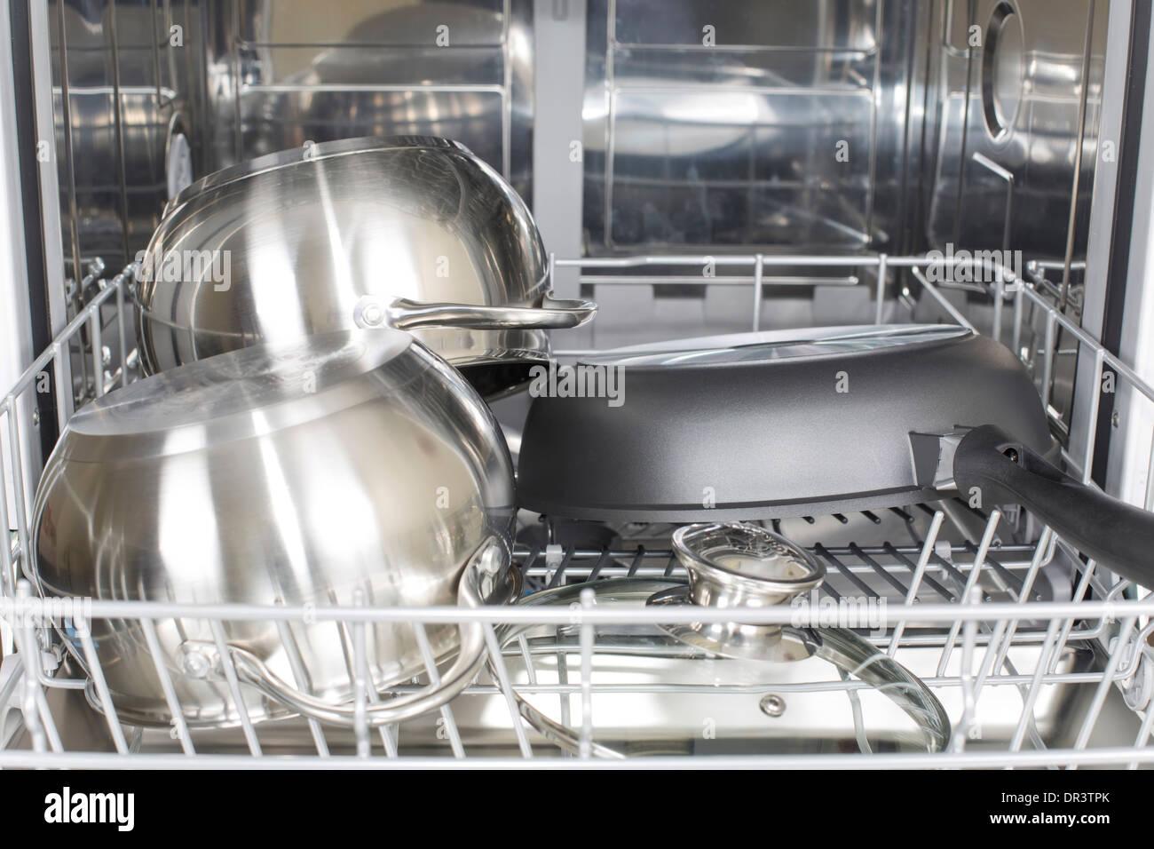Cuisine dans le lave-vaisselle après lavage et séchage Banque D'Images
