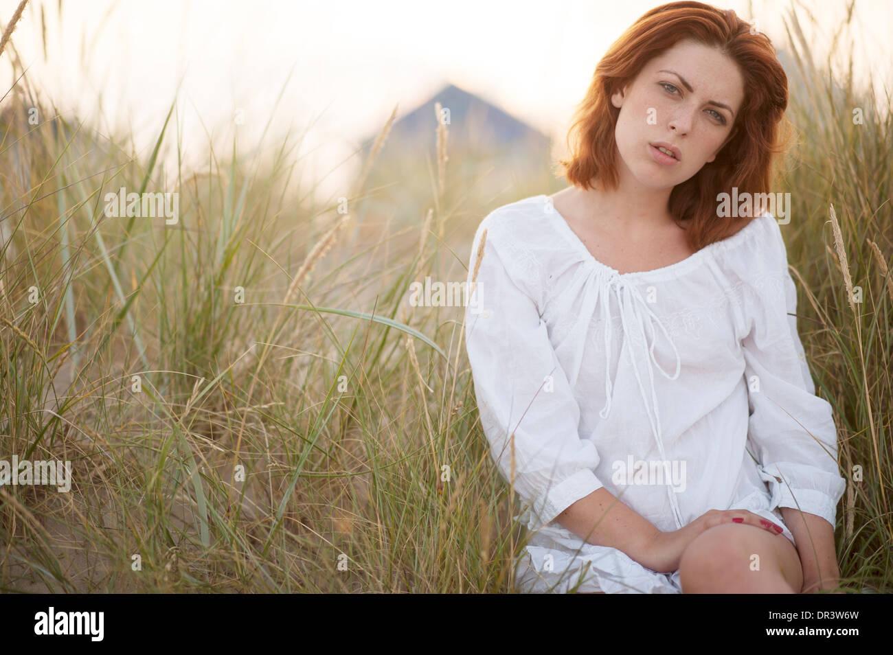 a6d331bbaa6df L été détendue portrait of young woman red haired woman dans l herbe haute