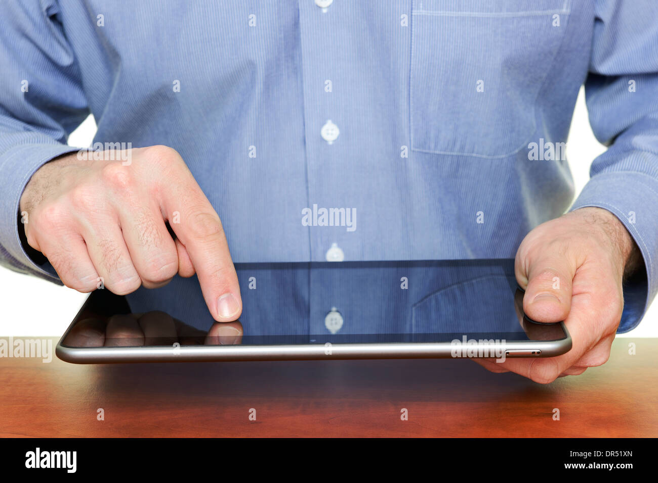 L'homme à l'aide d'un ordinateur tablette, Close Up. Banque D'Images