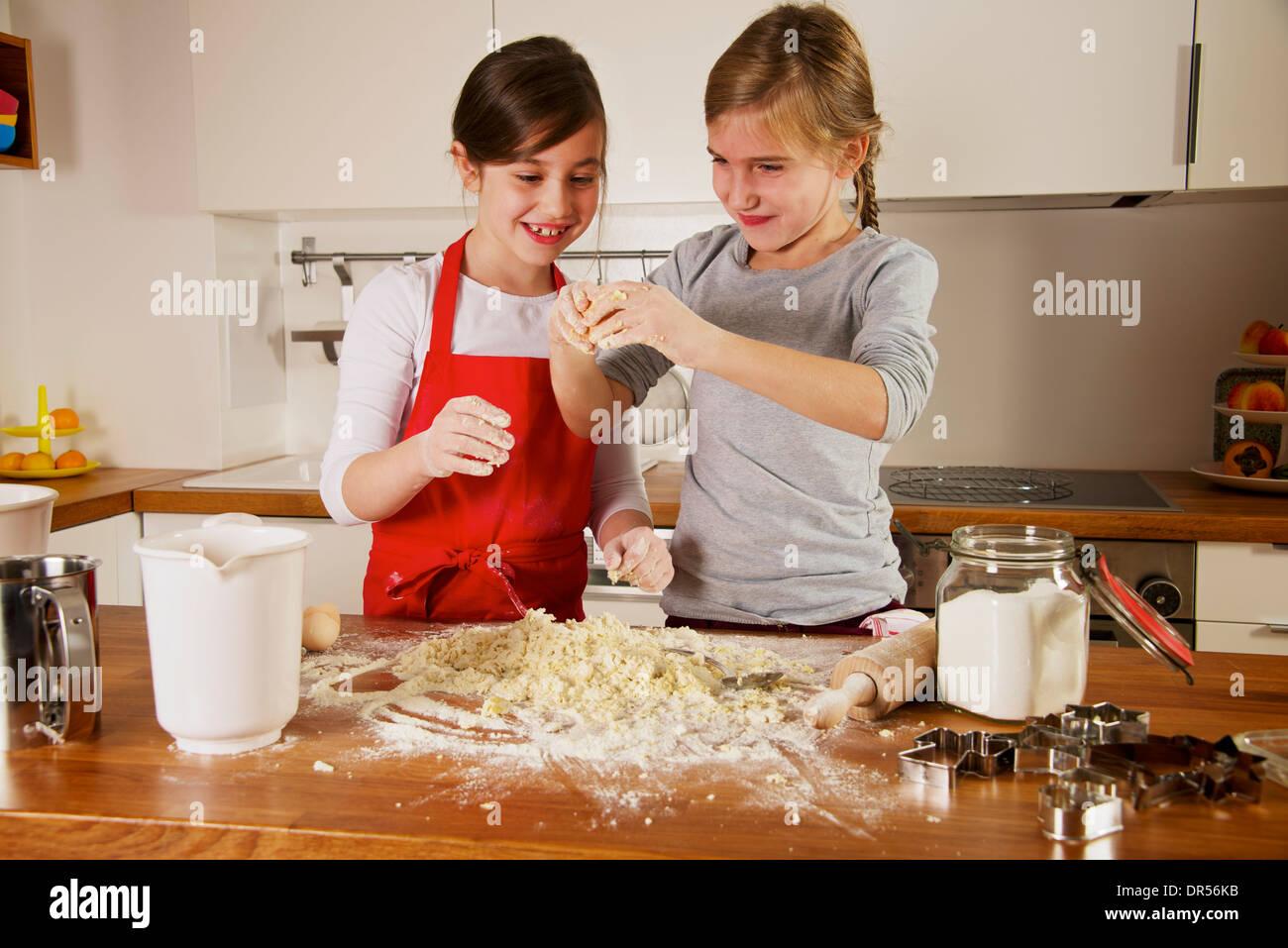 Deux filles making Christmas Cookies, Munich, Bavière, Allemagne Photo Stock