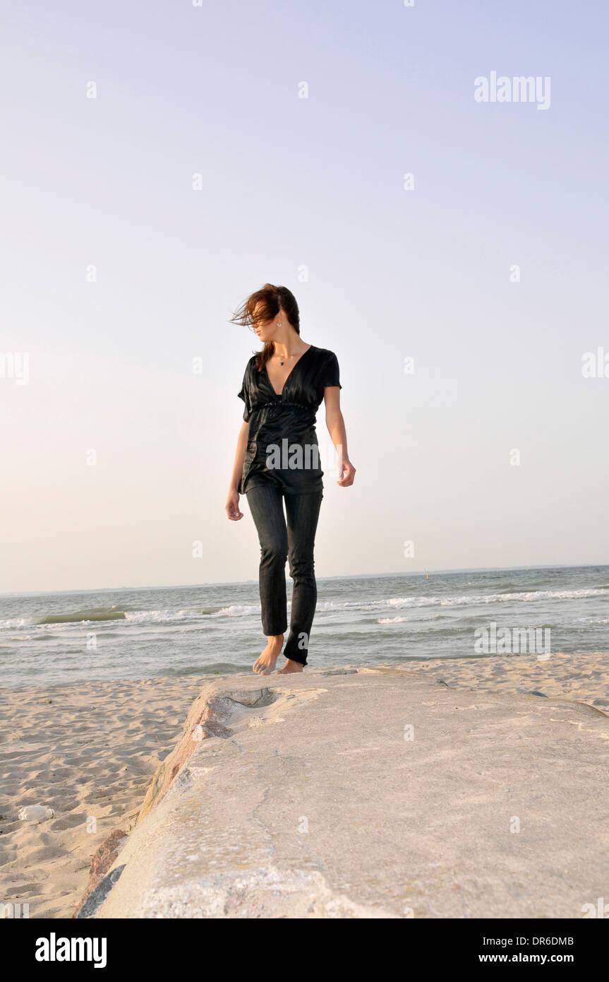 Jeune femme de la plage, à Lübeck, Allemagne Banque D'Images