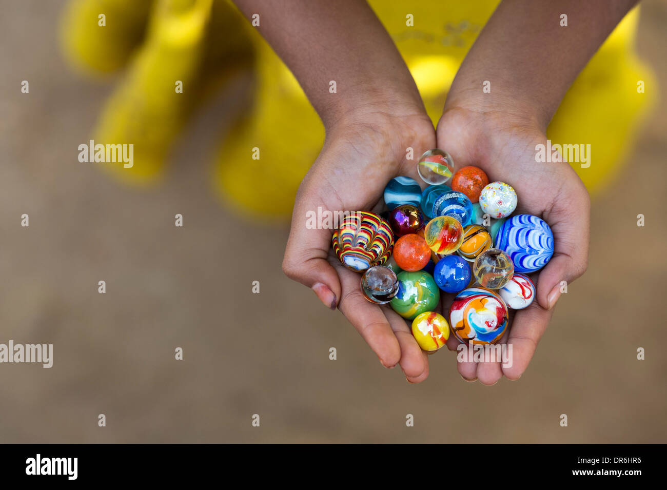 Les filles indiennes hands holding colorful marbles Photo Stock